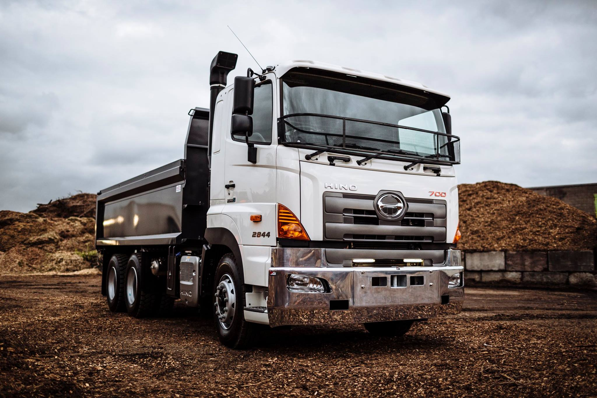 700 Series 6x4 Tipper 440/480hp Full Cab Suspension
